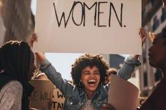 Θηλυκό ενεργό στέλεχος που διαμαρτύρεται για την ενδυνάμωση γυναικών Στοκ Φωτογραφίες
