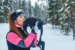 Θηλυκό επαγγελματικό ανώμαλο κλασικό σκανδιναβικό να κάνει σκι ποτό υπολοίπων Στοκ Φωτογραφίες
