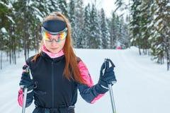 Θηλυκό επαγγελματικό ανώμαλο να κάνει σκι με τους πόλους σκι στα αθλητικά γυαλιά Στοκ φωτογραφία με δικαίωμα ελεύθερης χρήσης