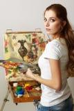 Θηλυκό ζωγράφων με το ξύλινες sketchbook και τη ζωγραφική Στοκ φωτογραφία με δικαίωμα ελεύθερης χρήσης