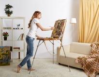 Θηλυκό ζωγράφων με το ξύλινες sketchbook και τη ζωγραφική Στοκ φωτογραφίες με δικαίωμα ελεύθερης χρήσης