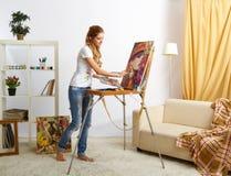 Θηλυκό ζωγράφων με το ξύλινο πορτρέτο sketchbook και ζωγραφικής στοκ φωτογραφία με δικαίωμα ελεύθερης χρήσης