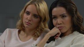Θηλυκό κοιμισμένο, κουραστικό ντοκιμαντέρ προσοχής φίλων στη TV, τρυπώντας χόμπι απόθεμα βίντεο