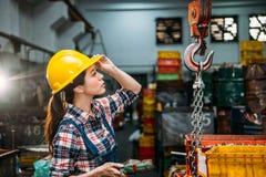 Θηλυκό κράνος λαβής προσωπικού συστατικών εργοστασίων Στοκ εικόνες με δικαίωμα ελεύθερης χρήσης