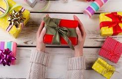θηλυκό κράτημα χεριών δώρων & Στοκ Εικόνες