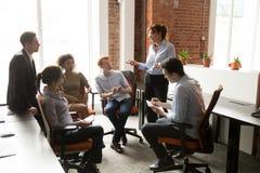 Θηλυκό κύριο 'brainstorming' συνεδρίασης της λαβής περιστασιακό με τους υπαλλήλους στοκ εικόνες