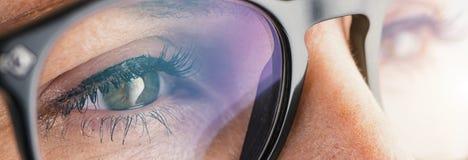 Θηλυκό μάτι με την κινηματογράφηση σε πρώτο πλάνο γυαλιών Στοκ Εικόνα