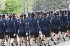 θηλυκό μαθητών στρατιωτικής σχολής marchpast στοκ φωτογραφία