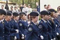 θηλυκό μαθητών στρατιωτικής σχολής marchpast στοκ φωτογραφία με δικαίωμα ελεύθερης χρήσης