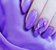 θηλυκό μανικιούρ χεριών, μετάξι στοκ εικόνα με δικαίωμα ελεύθερης χρήσης