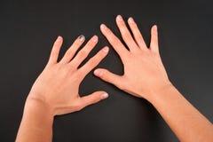 Θηλυκό μανικιούρ χεριών σε ένα μαύρο υπόβαθρο Το στούντιο απομονώνει στοκ εικόνα