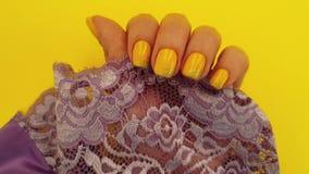 Θηλυκό μετάξι μανικιούρ χεριών σε αργή κίνηση απόθεμα βίντεο