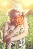 Θηλυκό με τα λουλούδια Στοκ Εικόνες