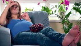 Θηλυκό με τα μεγάλα tummy μούρα κερασιών κατανάλωσης απόθεμα βίντεο