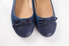 Θηλυκό μπλε παπούτσι δέρματος στο άσπρο υπόβαθρο Στοκ φωτογραφίες με δικαίωμα ελεύθερης χρήσης