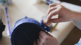 Θηλυκό μπλε χρωματισμένο διακοσμημένο χέρι βερνικιών καλλιτεχνών - γίνοντας κάδος με μια βούρτσα απόθεμα βίντεο