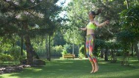 Θηλυκό να κάνει ικανότητας που πηδά workout υπαίθρια απόθεμα βίντεο