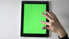 Θηλυκό να τυλίξει χεριών στην ταμπλέτα Πράσινη οθόνη, έννοια chromakey, τοπ πυροβοληθε'ντα 60 fps φιλμ μικρού μήκους