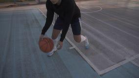 Θηλυκό παίχτης μπάσκετ στο φως πρωινού στο επαγγελματικό δικαστήριο που τρέχει με τη σφαίρα Μήκος σε πόδηα Handhelded κλείστε επά απόθεμα βίντεο