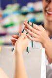 θηλυκό πελατών το φαρμακ&ep στοκ εικόνα με δικαίωμα ελεύθερης χρήσης