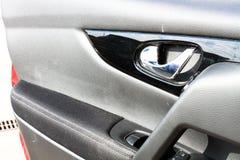 θηλυκό πλήκτρο χεριών πορτών αυτοκινήτων στοκ εικόνες
