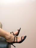 θηλυκό ποδιών καναπέδων πέρα από τα σανδάλια που κουράζεται Στοκ εικόνες με δικαίωμα ελεύθερης χρήσης