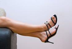 θηλυκό ποδιών καναπέδων πέρα από τα snadals που κουράζεται Στοκ φωτογραφίες με δικαίωμα ελεύθερης χρήσης