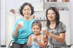 Θηλυκό ποτήρι εκμετάλλευσης παραγωγής τρία του γάλακτος Στοκ Εικόνες