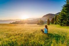 Θηλυκό που απολαμβάνει τη ζωή στο ηλιόλουστο πρωί στοκ φωτογραφίες