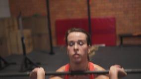 Θηλυκό που κάνει barbell την άσκηση προωθητών στη γυμναστική απόθεμα βίντεο