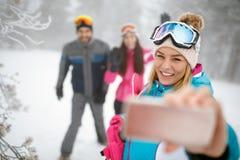 Θηλυκό που κάνει selfie να κάνει σκι Στοκ φωτογραφία με δικαίωμα ελεύθερης χρήσης