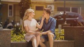 Θηλυκό που μιλά στο φίλο και σχετικά με το πρόσωπο, τύπος που αγκαλιάζει την, αγαπώντας την προσοχή Στοκ φωτογραφίες με δικαίωμα ελεύθερης χρήσης
