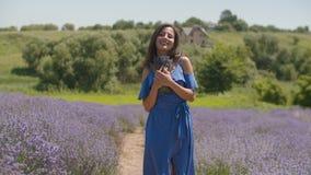 Θηλυκό που μυρίζει τα φρέσκα ευώδη lavender άνθη απόθεμα βίντεο