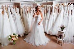 Θηλυκό που προσπαθεί στο γαμήλιο φόρεμα στοκ εικόνες