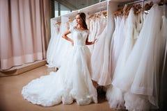Θηλυκό που προσπαθεί στο γαμήλιο φόρεμα στοκ εικόνα με δικαίωμα ελεύθερης χρήσης