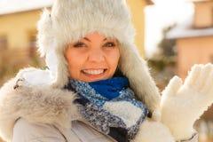Θηλυκό που φορά τη θερμή εξάρτηση κατά τη διάρκεια του χειμώνα στοκ εικόνα με δικαίωμα ελεύθερης χρήσης
