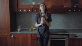 Θηλυκό που χορεύει στην κουζίνα στο πρόγευμα φιλμ μικρού μήκους