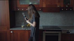 Θηλυκό που χορεύει στην κουζίνα στο πρόγευμα απόθεμα βίντεο