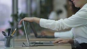Θηλυκό προσωπικό βοηθητικό τελειώνοντας τηλεφώνημα, αρχική εργασία στον υπολογιστή στο γραφείο φιλμ μικρού μήκους