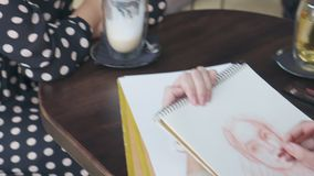 Θηλυκό πρότυπο σκίτσο σχεδίων καλλιτεχνών στον καφέ απόθεμα βίντεο