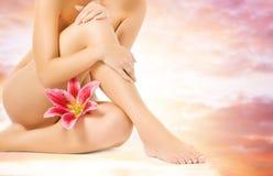 θηλυκό ροζ κρίνων ποδιών Στοκ φωτογραφία με δικαίωμα ελεύθερης χρήσης