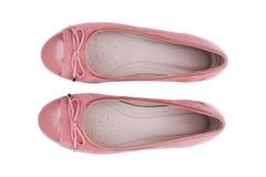 Θηλυκό ροζ παπουτσιών μόδας με τη τοπ άποψη κορδελλών που απομονώνεται στο άσπρο υπόβαθρο Στοκ Φωτογραφίες