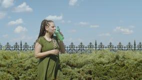 Θηλυκό ρουφώντας γουλιά γουλιά ενεργειακό ποτό μετά από το workout στο πάρκο απόθεμα βίντεο