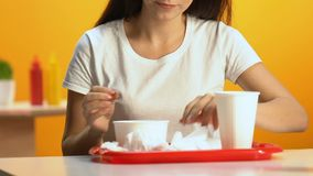 Θηλυκό σκουπίζοντας στόμα με την πετσέτα μετά από το γεύμα στο εστιατόριο γρήγορου φαγητού, κινηματογράφηση σε πρώτο πλάνο φιλμ μικρού μήκους