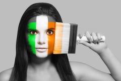 Θηλυκό στα εθνικά χρώματα της Ιρλανδίας Στοκ Φωτογραφία