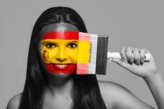 Θηλυκό στα εθνικά χρώματα της Ισπανίας Στοκ εικόνες με δικαίωμα ελεύθερης χρήσης