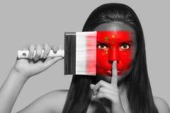 Θηλυκό στα εθνικά χρώματα της Κίνας Στοκ Εικόνα