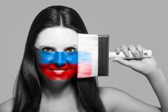 Θηλυκό στα εθνικά χρώματα της Ρωσίας Στοκ εικόνες με δικαίωμα ελεύθερης χρήσης