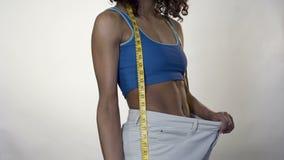 Θηλυκό στα μεγάλου μεγέθους εσώρουχα που αντέχει το κύπελλο της σαλάτας, αποτελεσματική διατροφή, απώλεια βάρους απόθεμα βίντεο