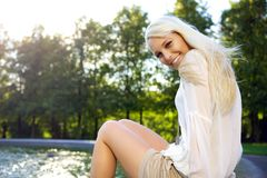 Θηλυκό στην πηγή Στοκ Εικόνα